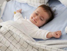 biała pościel dla niemowląt